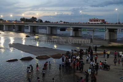 Para unos la llegada de las aguas del río Nazas a la zona metropolitana de La Laguna fue motivo de fiesta debajo del puente Plateado; para otros, congestionamiento y caos vial, arriba del mismo puente que une a las ciudades de Torreón y Gómez Palacio.