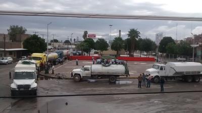 De la Plaza Miguel Hidalgo en la colonia Maclovio Herrera, salieron 15 pipas con capacidad de entre 10 mil y 30 mil litros y se inició el reparto.
