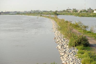 El canal de estiaje que se construyó fue rebasado por el nivel del agua y ya pasó al otro lado, por lo que representa un riesgo para la ciudadanía.