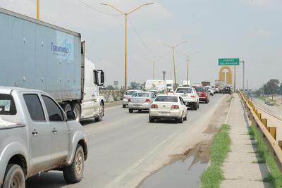 La falta de conectividad entre las ciudades es uno de los principales problemas pues se generan largas filas de autos para cruzar de un punto a otro.