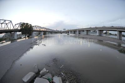 El agua apenas empezó a llegar anoche a la altura del vado La Unión-Santa Rita, donde quedará anegada la incipiente obra del puente del segundo libramiento.