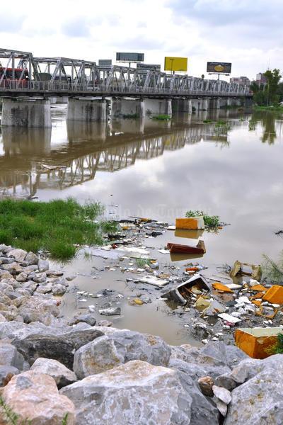 La basura rompe la buena imagen del río.