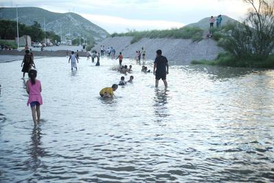 A pesar de los problemas los laguneros asisten a divertirse al río.