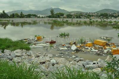 La basura es otro de los problemas que se ha presentado, pues la llegada del agua lleva a las orillas la basura.