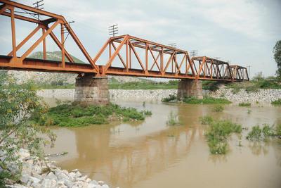 Aguanta todo. El antiguo puente del Ferrocarril por años ha soportado grandes y fuertes avenidas.