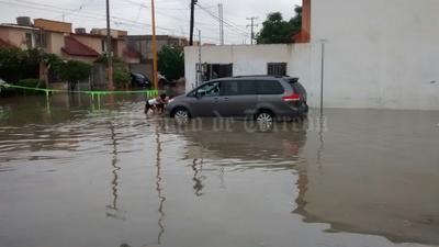 Algunos vehículos quedaron varados ante las inundaciones.