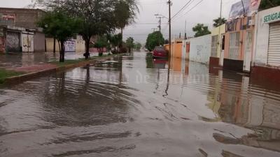 Vialidades de la colonia Las Fuentes muestran lagos tras horas de lluvias.