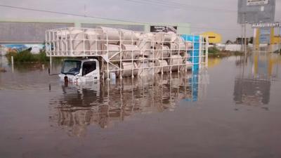 Frente a Viñedos, un camión lució casi sumergido por el agua.