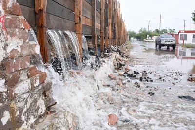 La barda que se encuentra en la colonia Ferrocarrilera volvió a filtrarse el agua y afectar a los colonos.
