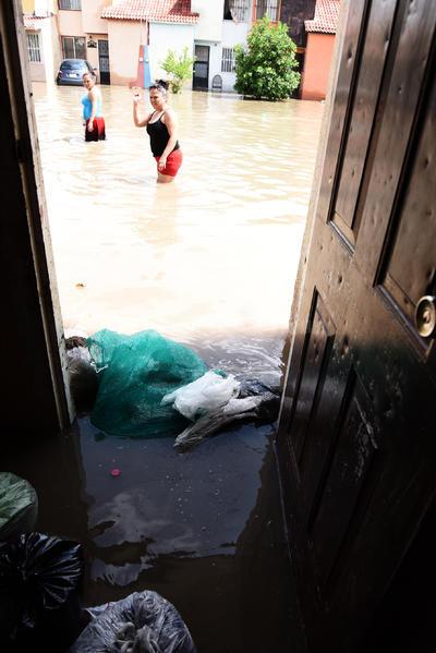 Laguneros intentaron evitar que el agua se metiera a sus casas.