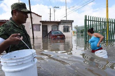 En la zona urbana de Torreón, las casi seis horas continuas de lluvia provocaron inundaciones parciales en doce colonias, sobre todo del oriente norte y oriente sur de la ciudad, además de un severo caos en vías como el Periférico Raúl López Sánchez.