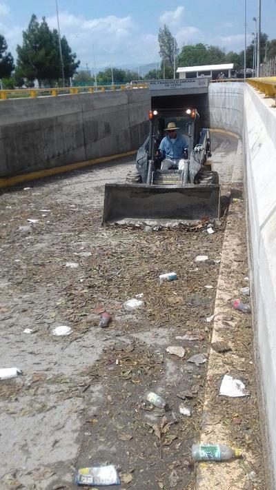 En el desnivel se trabajó para retirar la basura tras la inundación.