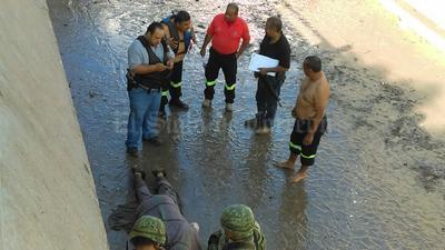 Un taxista falleció al quedar atrapada su unidad en el desnivel Francisco Sarabia.