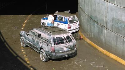 Tres vehículos quedaron atrapados en el desnivel.