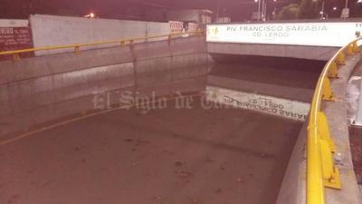 Las autoridades municipales no reaccionaron a tiempo para cerrar el paso a desnivel ubicado por el bulevar Miguel Alemán, frente el Gimnasio Municipal y la torrencial lluvia que azotó a Lerdo y Gómez Palacio, a partir de las 20:00 horas, provocó una tragedia.