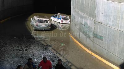 Un taxista perdió la vida y los otros dos conductores pudieron salir nadando y salvar sus vidas.