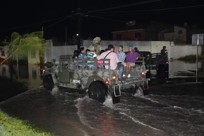 Los cuerpos de rescate de la ciudad así como personal de la Secretaría de la Defensa Nacional que acudieron a prestar auxilio se vieron superados por la gran cantidad de familias afectadas.