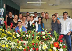 28082016 SE JUBILA.  Graciela Pasillas Carrillo junto a su esposo, hijos y compañeros, en su festejo luego de 27 años de servicio en el IMSS 16.