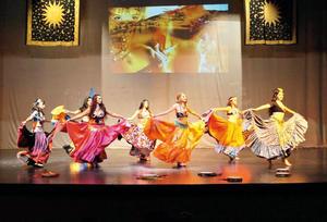 28082016 El grupo de bailarinas muestra una bella danza estilo tribal gitano.