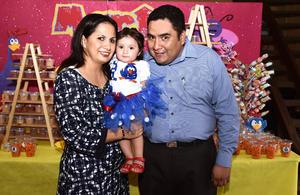 28082016 FELIZ CUMPLEAñOS.  Denisse Mendoza Estrada celebró su primer aniversario de vida. En la imagen, la acompañan sus papás, Ileana Edith Estrada Martínez y Eliud Mendoza Cepeda.
