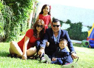 28082016 CUMPLE 3 AñOS.  Omar Lozano Carrillo con sus papás, Omar Lozano y Vianey Carrillo, y su hermana, Ivanna, en su fiesta de cumpleaños.