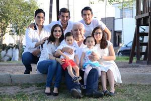 28082016 EN FAMILIA.  Jorge Rivera con sus nietos: Sergio, Daniela, Jorge, Diego, Camila, José María y Romina.