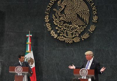 """En su intervención, el magnate expresó su """"gran respeto"""" al pueblo mexicano, pero reiteró la necesidad de construir un muro """"para poner un alto a la inmigración"""" en la frontera común."""