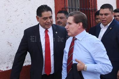 Jorge Herrera Caldera acudió a las tomas de protesta acompañado del gobernador electo, José Rosas Aispuro.