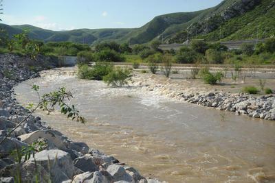 Agua sobrepasa niveles.