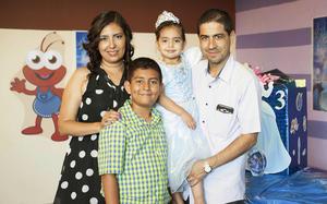 02092016 FESTEJAN SU CUMPLE.  Karen Azucena Robles Ortiz con su hermano Adrián y sus papás Raúl Robles del Río y Silvia Azucena Ortiz de Robles.