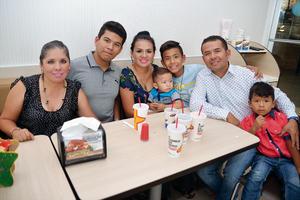 02092016 EN FAMILIA.  Carmen, Kevin, Angélica, Iker, Ángel, Antonio y Emilio.