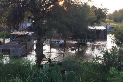 Los alcanza. Algunos establos en La Loma y a la altura de los Puentes Cuates ya quedaron bajo el agua.