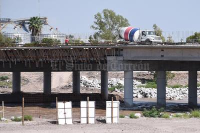 """Fortaleza. El puente Falcón-Lázaro Cárdenas que aún no se termina, ya fue """"estrenado"""" por la avenida del río Nazas."""
