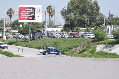 Vigilancia. En los límites de Gómez Palacio, agentes de la Policía Federal se apostaron para evitar alguna tragedia.