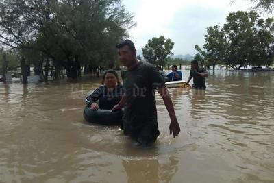 A salvo. Elementos del Ejército Mexicano ayudan a habitantes de algunas comunidaddes como La Loma a abandonar sus casas ante la llegada de la avenida.
