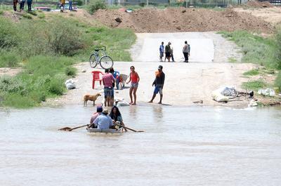 Aprovechan. En la represa Guadalupe, algunos habitantes aprovecharon para pasear en lancha o incluso ir de una orilla a otra.