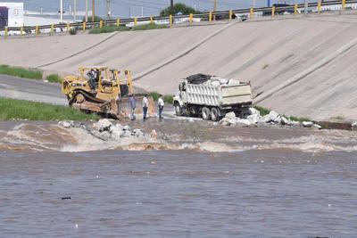Labores. Todavía ayer por la tarde se realizaban labores de reforzamiento, para evitar alguna contingencia ante la crecida del río.