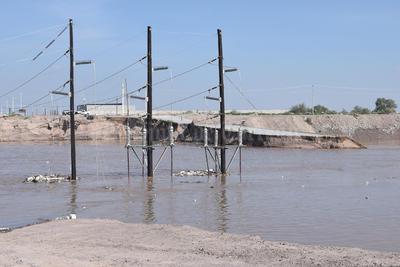 Atentos. En el vado de Santa Rita-La Unión el nivel del río sobrepasó algunos postes ante la mirada atónita de cientos de habitantews cercanos.