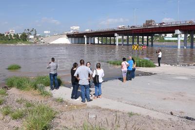 Postal. Decenas de curiosos llegaron temprano a la altura del puente Solidaridad para ver la magnitud del caudal del río Nazas.