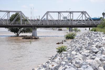 Impresionante. En el lado de Torreón, a la altura del puente plateado, se aprecian aún algunos muebles flotando y desechos que el río se lleva de las orillas de algunas comunidades que ya empezó a inundar en Ciudad Lerdo.