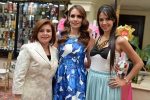 03092016 Geraldine, su mamá, y su cuñada, Georgia, organizadoras del evento.
