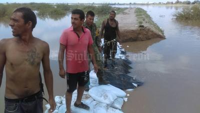 Pobladores comenzaron a trabajar para contener el agua.