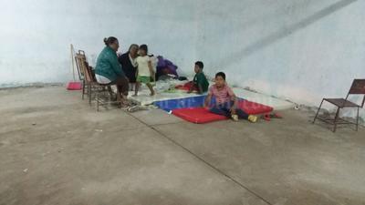 Elementos de Fuerza Coahuila, Seguridad Pública, Bomberos y Protección Civil, procedieron al desalojo de las personas para garantizar su seguridad y se habilitó un albergue en la escuela primaria de la comunidad.