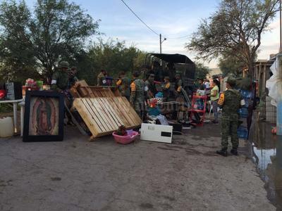 Efectivos del Ejército Mexicano auxilian a pobladores de la colonia El Centauro de Lerdo para abandona.r sus casas con sus bienes, debido a la inundación ocasionada por la avenida del río Nazas. Fue aplicado el Plan DN-III
