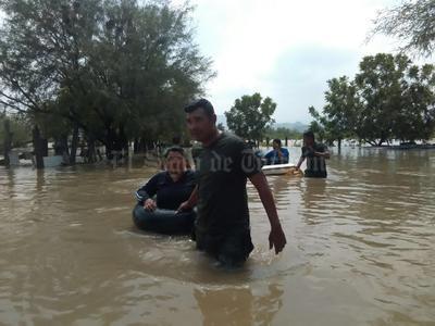 Personas fueron rescatadas por el Ejército en La Loma y los Puentes Cuates donde sacaron a la gente en llantas.