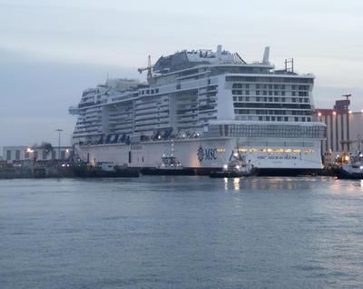 SAINT NAZAIRE (FRANCIA).- Pruebas de flotación del nuevo buque de MSC, el MSC Meraviglia, un barco de 315 metros de eslora, equipado con los Altísimos adelantos tecnológicos, con una capacidad para 5.714 pasajeros y capaz de desplazar 167.600 toneladas a una velocidad máxima de 22,7 nudos, que se está construyendo en los astilleros STX France en Saint-Nazaire. EFE