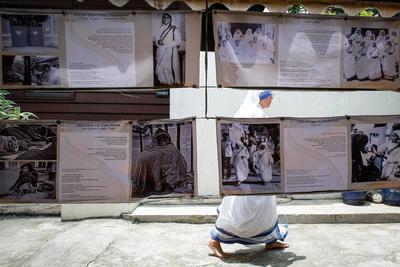 Manila ( Filipinas).- Una imágen muestra una monja caminando a lo largo de una exposición en honor de la Madre Teresa a las Misioneras de la Caridad en Manila, Filipinas. La ceremonia de canonización se llevará a cabo el 04 septiembre de 2016. La Madre Teresa nació Agnes Gonxha Bojaxhiu el 26 de agosto 1910. Ella comenzó su trabajo misionero con los pobres en Calcuta en 1948, y ganó el Premio Nobel de la Paz en 1979. Después de su muerte en 1997 fue beatificada por el Papa Juan Pablo II y dado el nombre de beata Teresa de Calcuta. EFE