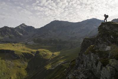 Surses (Suecia).- Un cazador mira a través de sus prismáticos en espera del inicio de la temporada de caza en el Alpes Flix en Surses, cantón Grisions, Suiza. EFE