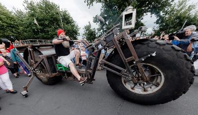 Schacht  Audorf (Alemania).- Frank Dosis (C) monta una bicicleta 1,080 kilogramo que él mismo construyó, condujo una distancia de 105 metros, estableciendo así un nuevo récord mundial, en Schacht - Audorf , Alemania. EFE