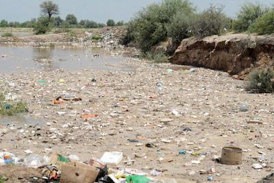 En Hormiguero en algunas zonas se veían lagunas cubiertas de basura.